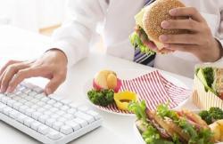 5 errores que cometemos en el trabajo (y nos hacen ganar peso)