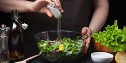 6 alternativas saludables para reemplazar la sal en la cocina