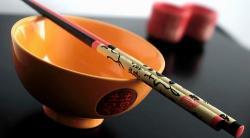 Buenos modales: cómo usar los palillos chinos en la mesa