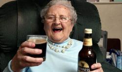 Una mujer de 103 años que se mantiene joven bebiendo una cerveza al día