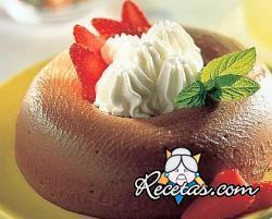 Budín de chocolate con crema batida y fresas