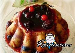 Budín de pan dulce con frutos rojos