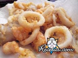 Calamares y gambas fritos empanados con harina de maíz