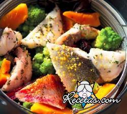 Canasta de verduras con pescado al vapor