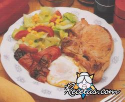 Chuleta con vegetales y huevo