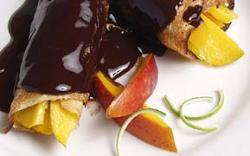 Crêpes de mango en salsa de chocolate