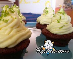 Cupcakes de chocolate con glaseado de mascarpone y lima