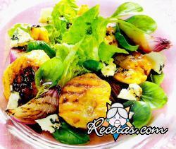 Ensalada de melocotones grillados con variedad de verdes