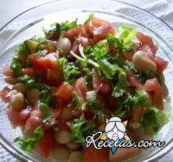 Ensalada con legumbres y tomates