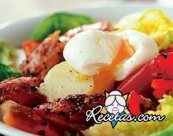 Ensalada con pescado ahumado y huevos escalfados