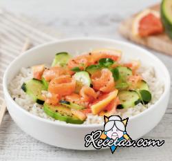 Ensalada de arroz con salmón, aguacate, pomelo rosado y pepino