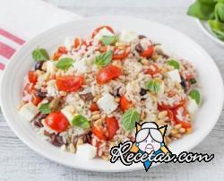 Ensalada de arroz, tomates cherry, queso feta y aceitunas