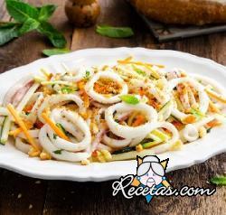 Ensalada de calamares, verduras y migas crujientes
