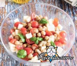Ensalada de garbanzos con tomates cherry, queso y albahaca