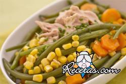 Ensalada de judías verdes, zanahorias, maíz y atún