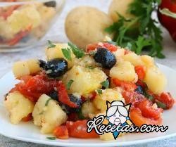 Ensalada de patatas con pimientos y olivas