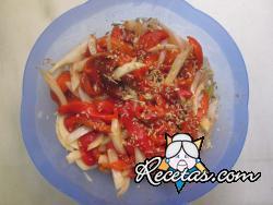 Ensalada de pimientos asados con cebolla