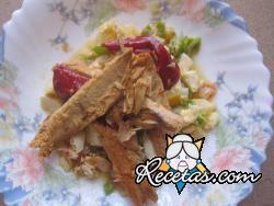 Ensalada fría de verduras con caballa y pimientos del piquillo