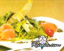 Ensalada fresca con salmón ahumado y pan crocante