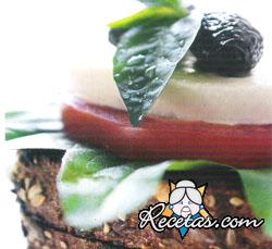 Ensalada italiana con pan integral
