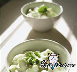 Ensalada de pepinos con aderezo de yogur y cilantro