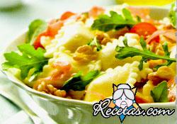 Ensalada de ravioles, jamón crudo y rúcula