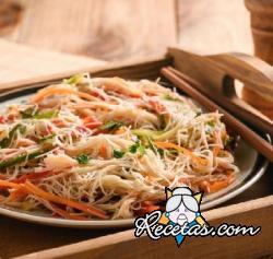 Espagueti de arroz con juliana de vegetales crujientes