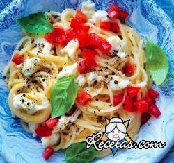 Espaguetis con agua de tomate y crema de mozzarella