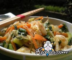 Espaguetis de soja con gambas y verduras