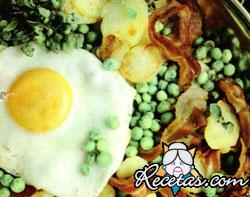 Guiso de arvejas con panceta y huevos