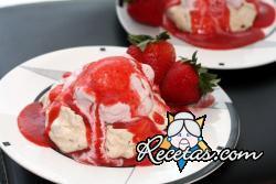 Helado de crema y salsa de fresas