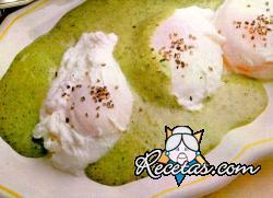 Huevos con crema de espinacas