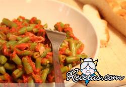 Judías verdes con salsa de tomate y carne