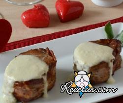 Medallones de cerdo con salsa de quesos