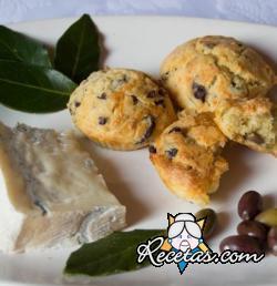 Muffins salados con aceitunas y queso azul