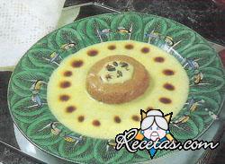 Mousse de dulce de leche sobre  salsa inglesa