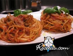 Nidos de espaguetis con tomate y mozzarella