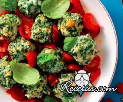 Ñoquis de espinacas con tomates cherry y pimientos