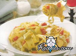 Papardelle al pesto con pimientos y tomates