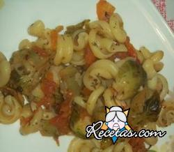 Pasta con salchicha, tomates confitados y repollitos de Bruselas
