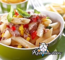 Pasta fría con atún, maíz y tomates cherry