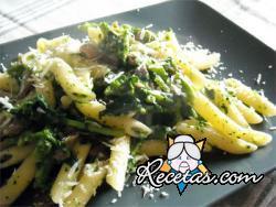 Pasta seca corta con brócoli