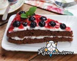 Pastel de chocolate y mermelada de grosellas