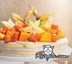 Pastel de merengue con frutas tropicales