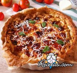 Pastel de queso feta, tomates cherry y albahaca