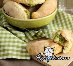 Pasteles rústicos con brie y brócoli