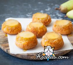 Pastelitos invertidos de peras y coco