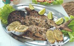 Pescado asado con aceite y limón