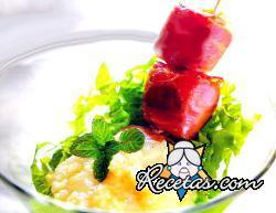 Pinchos de jamón crudo y salsa de   manzana