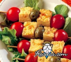 Pinchos de tortilla, aceitunas y tomates cherry